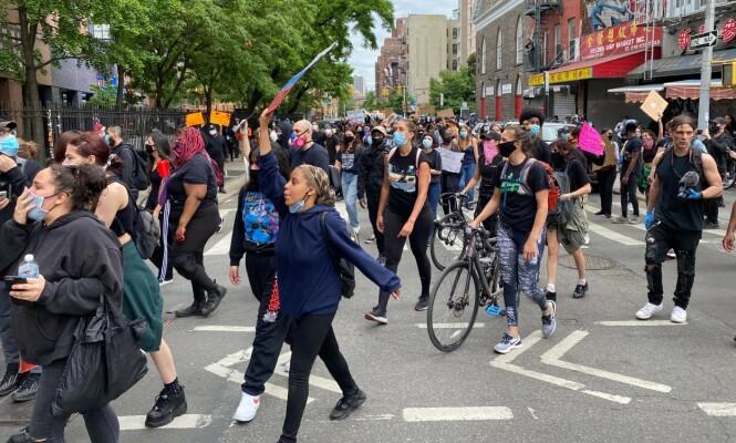 DEMONSTRERER: Fredelige demonstrasjoner preger New York i ettermiddag, lokal tid. Foto: Vegard Kvaale/ Dagbladet.