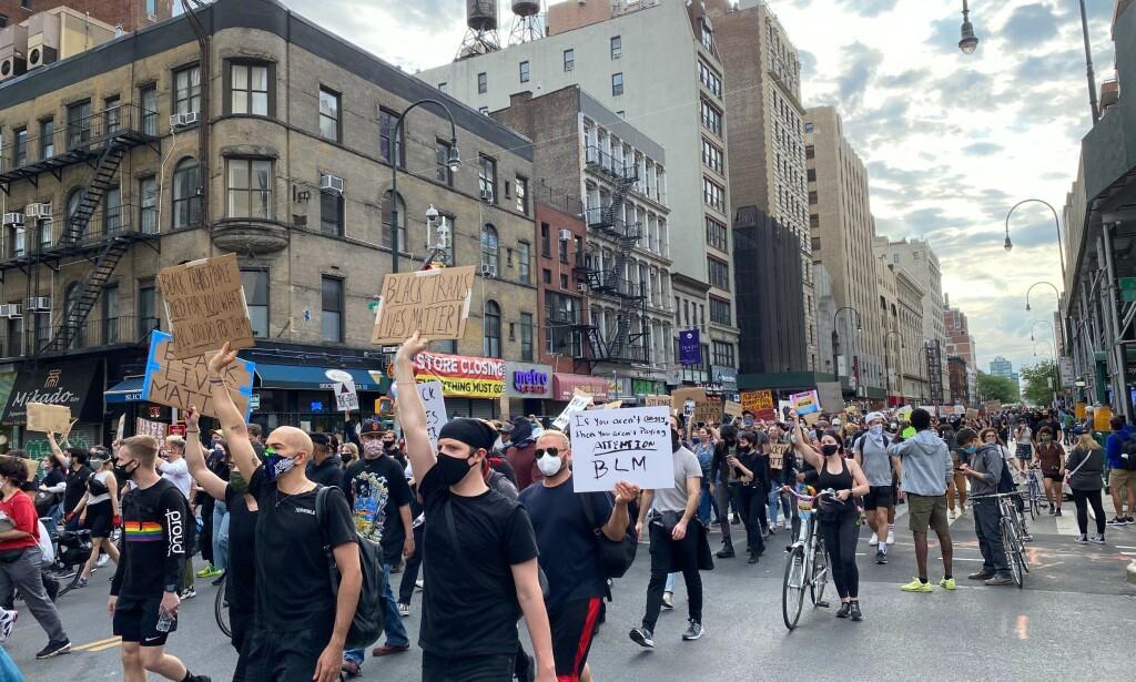 MARSJERER: Demonstrantene marsjerer i West Village for George Floyd og andre som har blitt drept av politiet. Foto: Vegard Kvaale/ Dagbladet.