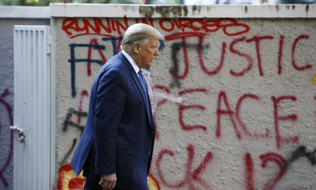 UTE: President Donald Trump brukte mandag tåregass og gummikuler for å rydde plassen utenfor Det hvite hus for fredelige demonstranter slik at han kunne gå til en kirke tvers over gata og bli tatt bilde av med en bibel. Det har skapt sterke reaksjoner. Foto: AP Photo/Patrick Semansky