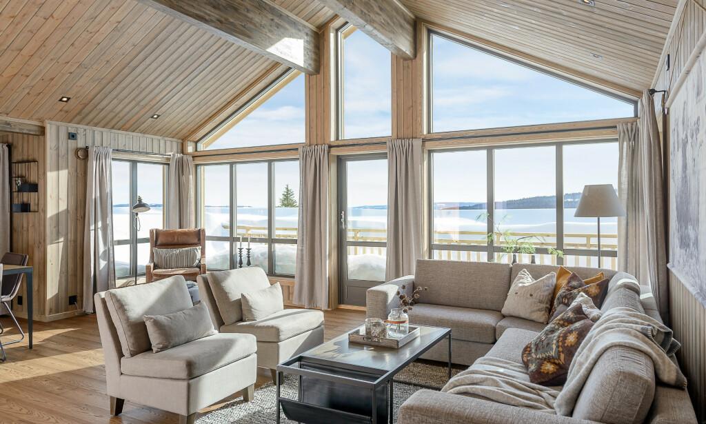 STORE GLASSFLATER: Hyttekjøpere i dag elsker følelsen av naturen inn i stua, forteller Tinde-salgssjef Anita Bulling.