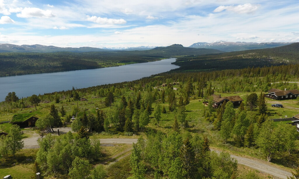 IDYLL: Hytteområdet Toppagrenda har solrik beliggenhet og fantastisk utsikt over Gålåvatnet, Jotunheimen og Rondane.