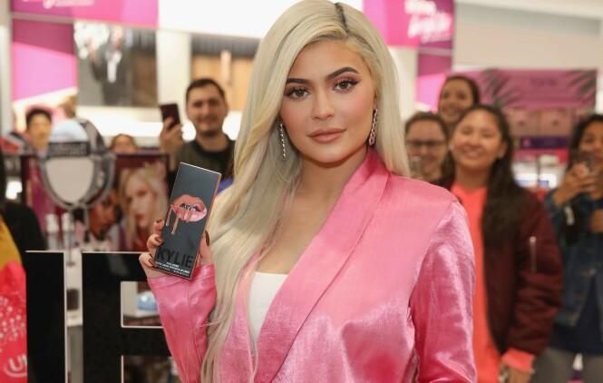SUKSESS: Kylie Jenner har helt siden 2015 tjent seg søkkrik på sminkeprodukter. Det hele startet med leppeprodukter som de hun viste frem her i 2018. Foto: NTB Scanpix
