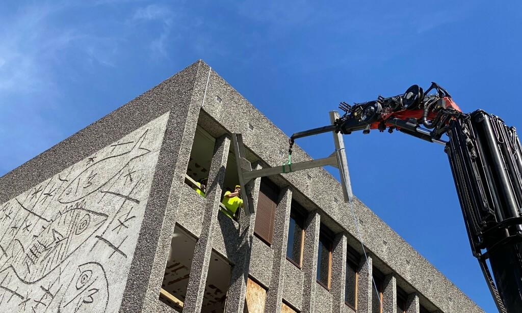 PÅBEGYNT: Forarbeidet med å demontere og bevare Picasso-muralen er i gang. Foto: Lars Eivind Bones / Dagbladet