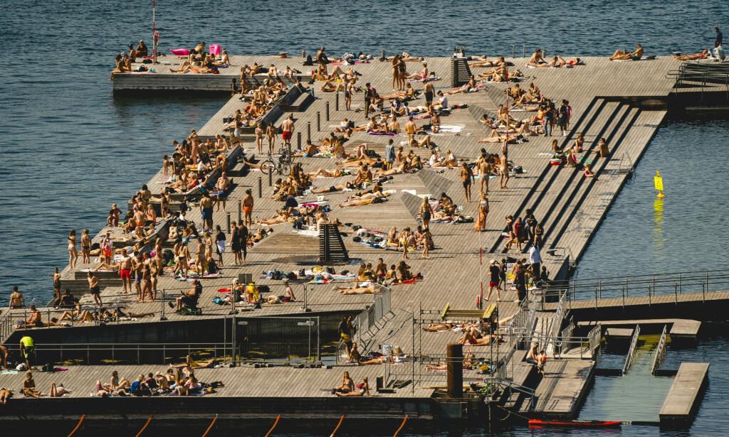 FOLKSOMT: Slik så det ut på Sørenga i Oslo 1. pinsedag. Myndighetene mener det er bra at folk kommer seg ut, og har ingen planer om å stenge ned badestedene i hovedstaden foreløpig. Foto: Stian Lysberg Solum / NTB scanpix