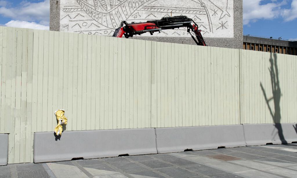 KLARE: Arbeidere, gravemaskiner og kranbil skal i gang med å demontere Picasso-bildet på endeveggen. Foto: Lars Eivind Bones / Dagbladet