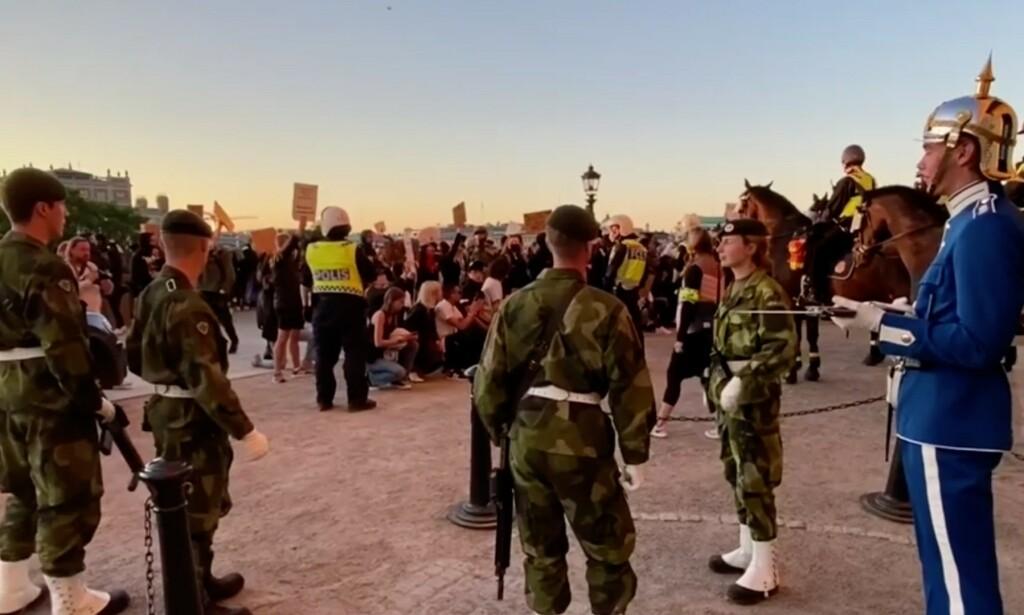 DEMONSTRERTE: Mange har samlet seg utenfor slottet i Stockholm, hvor politiet jobber med å flytte demonstrantene. Foto: Expressen