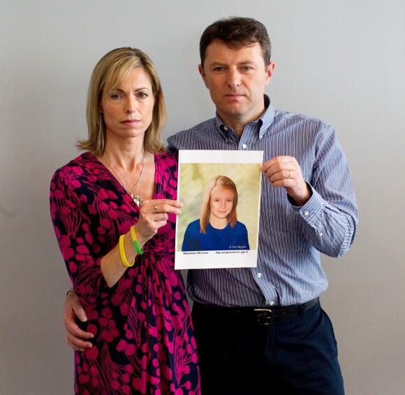 FULLT FOKUS PÅ DATTEREN: Kate og Gerry McCann har viet livene sine til å finne ut hva det var som skjedde med datteren. Dette bildet er fra 2012, og foreldrene viser frem et manipulert bilde av datteren slik hun antas å kunne ha sett ut som niåring. FOTO: NTB scanpix