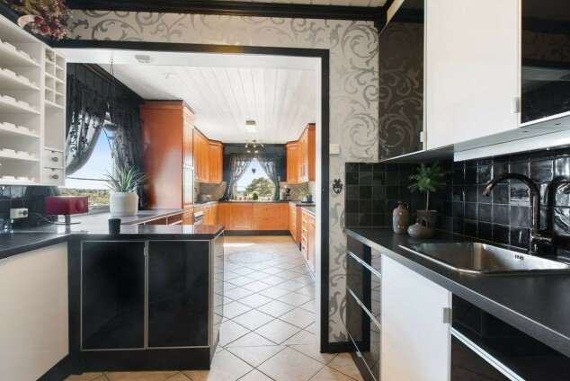 KJØKKEN: Her er kjøkkenet i artistens hus som nå ligger ute for salg. Foto: Jon Lundeby/Inviso