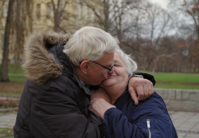 FORELSKET: Det er liten tvil om at det har oppstått kjærlighet mellom de to. Foto: Viafree/Viaplay