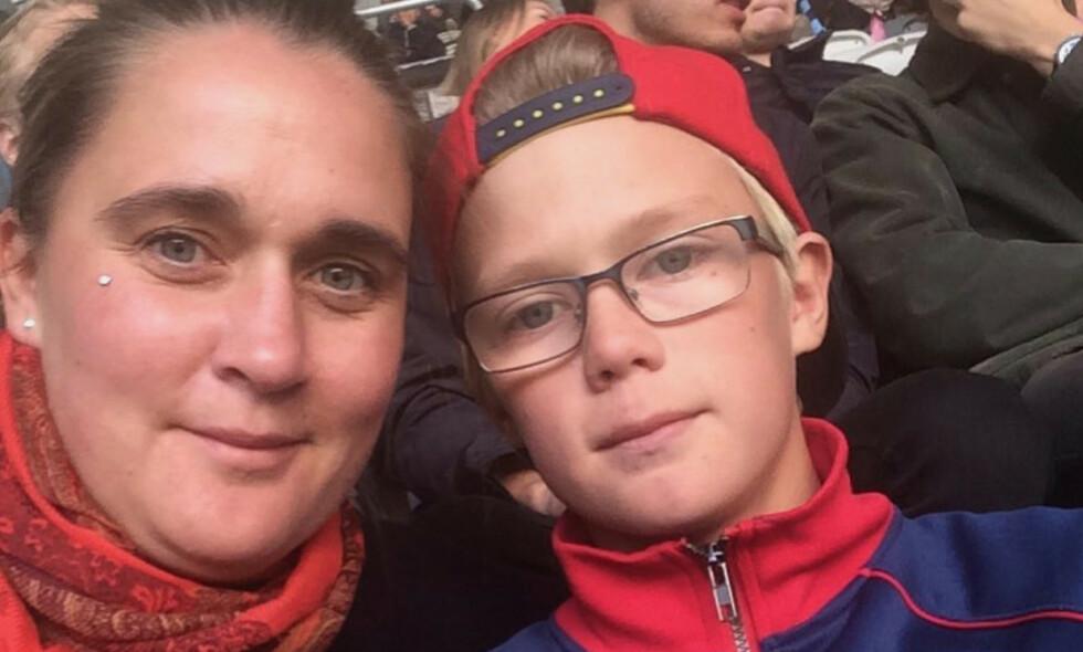 MISTET SØNNEN: Mamma Elenor Idh og sønnen Emil Idh (16), som omkom sammen med tre andre gutter i bilulykken ved Sörfors. Foto: Privat
