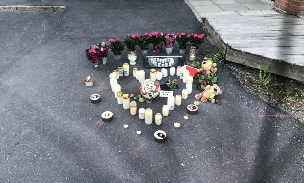 MINNES: Utenfor Stöde skole har folk tent lys og lagt ned blomster for å hedre Emil og Max. Foto: Privat
