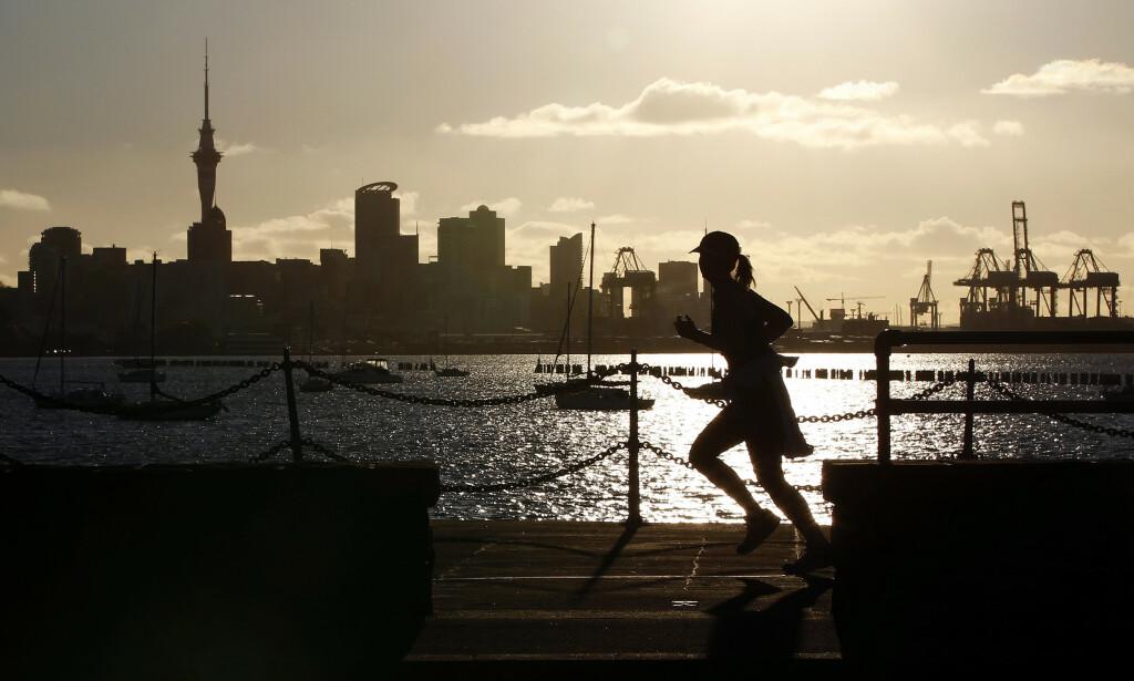 SNART CORONAFRITT: New Zealand, her bildelagt ved Auckland i solnedgang, nærmer seg en stor coronamilepæl - landet er snart coronafritt. Foto: NTB Scanpix