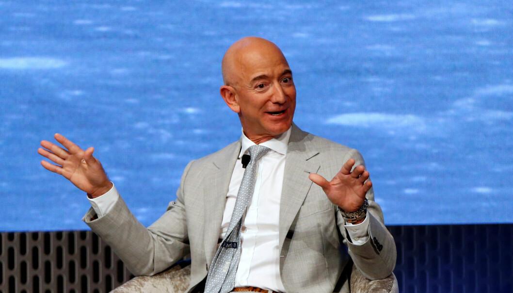 <strong>RIKERE:</strong> Amazon.sjef Jeff Bezos kan le hele veien til banken, eller kanskje rettere sagt børsen. Selskapet hans har hatt en voldsom oppgang under coronakrisen, og dermed er verdens rikeste mann enda litt mer verdt. Foto: REUTERS / Katherine Taylor / NTB scanpix