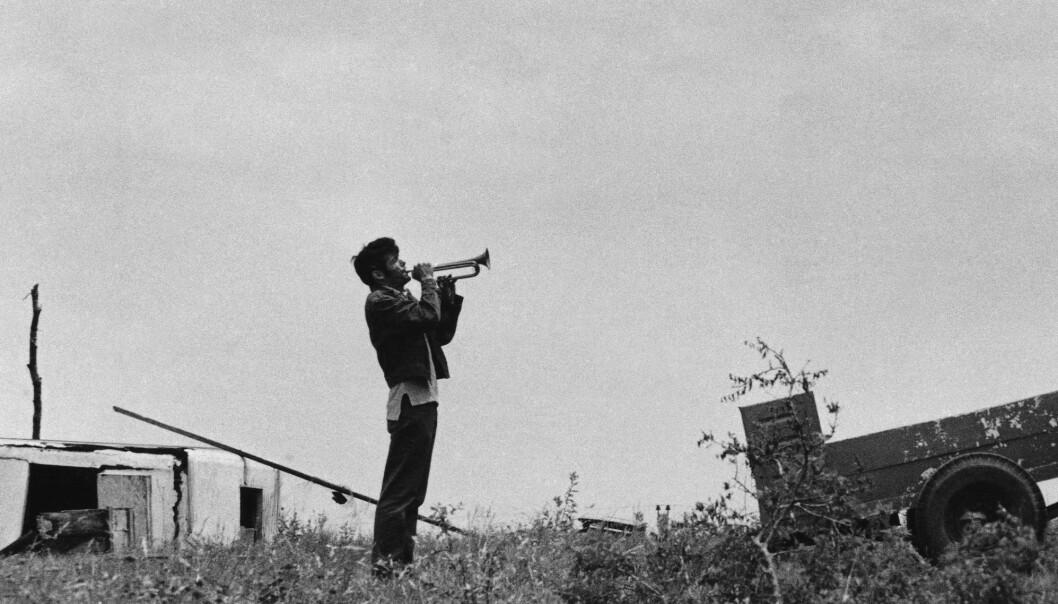 FRITID:Trompetisten blåser signalet for fritid etter bibelstudiene, i en avdeling av av sekten Children of God i Texas i 1971 FOTO: NTB Scanpix