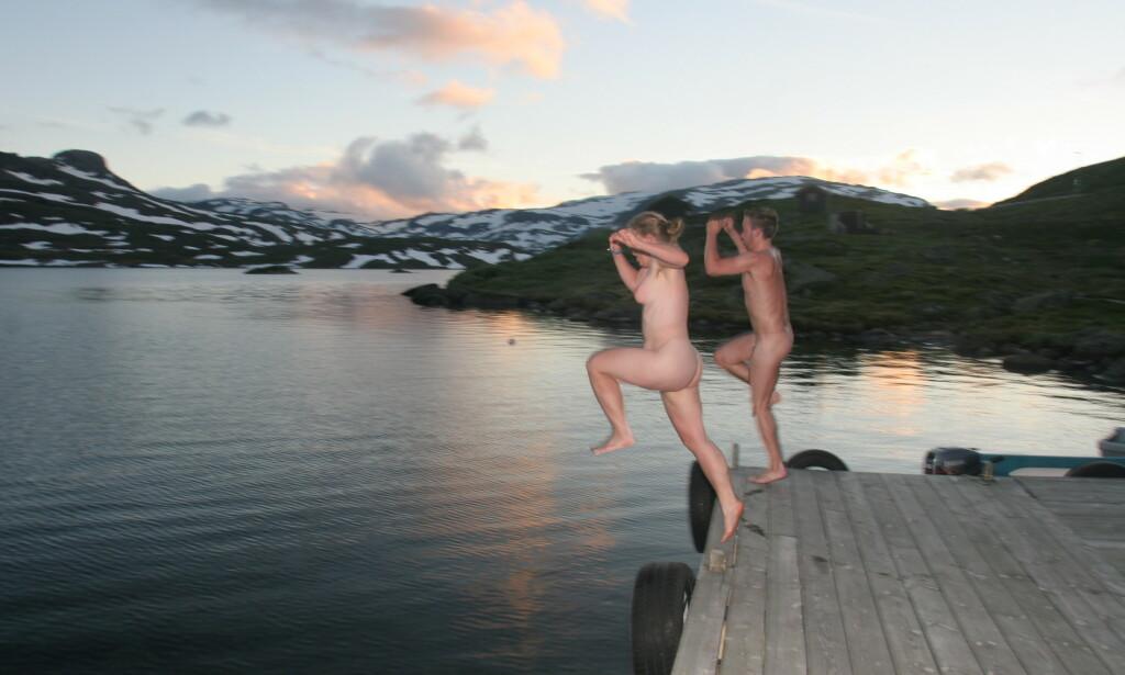 Ung glede: Unge nakenbadere jubler over at sommeren kan starte. Foto: Odd Roar Lange/The Travel Inspector