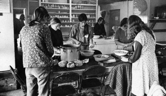 FELLESMÅLTID: Livet i Children of God besto av mer en fellesmåltider. Kvinnene skal ha brukt seksuelle forbindelser for å lokke menn inn i sekten. FOTO: NTB Scanpix