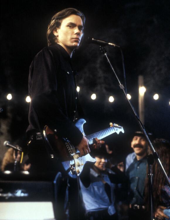 MUSIKER: River Phoenix spilte i bandet Alleka's Attic. Her en musikkscene fra filmen «Thing Called Love» fra 1993. Det skulle bli hans nest siste film. FOTO: NTB Scanpix