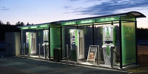 image: Tvinger ladestasjoner inn på bensinstasjonene