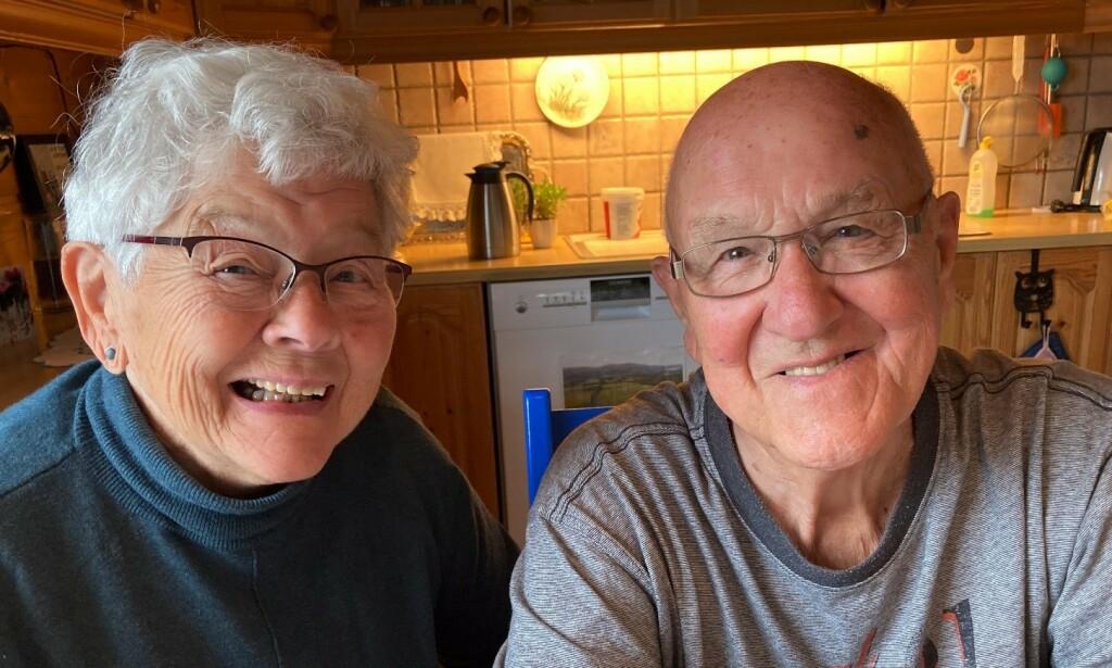 FRIVILLIG: Torbjørg og Jon Olav Sigmundstad ga fra seg førerkortene sine for to uker siden - helt frivillig. De har ikke vært involvert i noen nestenulykker, eller kjent på press fra barna. Foto: Sigrid Sigmundstad