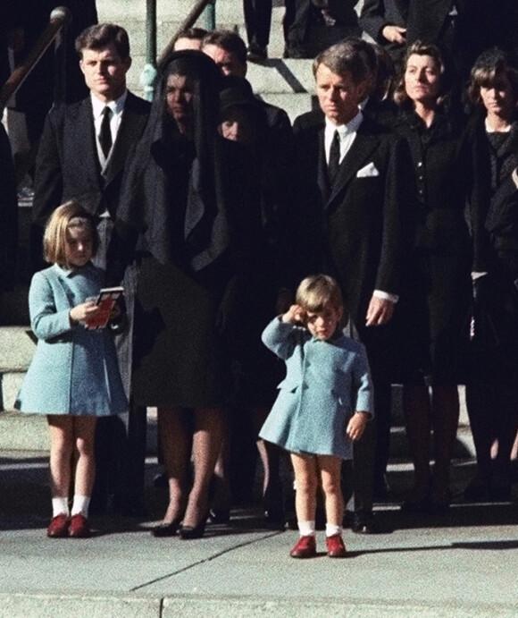 EN SISTE HILSEN: Dette bildet, av John F. Kennedy Jr. som sender en siste hilsen til sin far, er blitt ikonisk. Bildet ble tatt under president Kennedys begravelse, som ble avholdt 25. november 1963 - på John-Johns treårsdag. FOTO: NTB scanpix