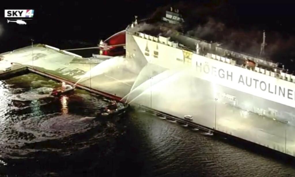 JOBBER PÅ STEDET: Brannmannskap forsøker å slukke brannen på det norske skipet Höegh Xiamen ved Florida-kysten. Foto: WJXT via AP / NTB scanpix