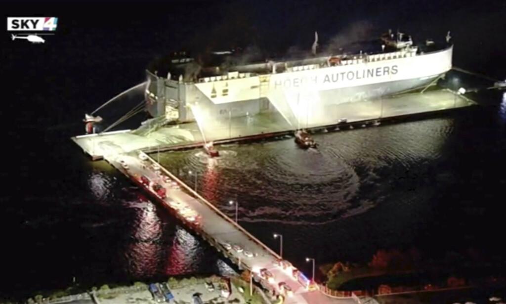 TIL SYKEHUS: Det har vært en eksplosjon om bord på norske Höegh Xiamen som ligger ved Florida-kysten. Ni amerikanske brannfolk er innlagt på sykehus som følge av ulykken. Foto: WJXT via AP / NTB scanpix