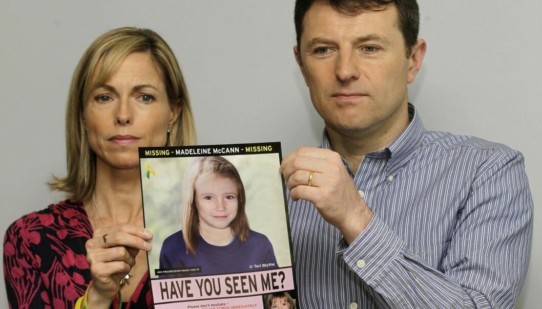 Kate and Gerry McCann med en etterlysningsplakat for datteren Madeleine i 2013. Bildet viser Madeleine slik eksperter mener hun ville sett ut som niåring. Hun forsvant sporløst i 2007. Foto: Sang Tan / AP / NTB scanpix