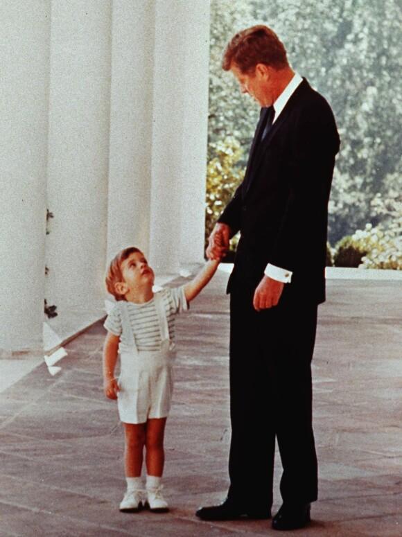 FAR OG SØNN: JFK senior holder sin sønn JFK jr. i hånden utenfor Det Hvite hus. Året er 1963, og presidenten har bare kort tid igjen å leve. FOTO: NTB scanpix