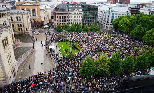 image: Tusenvis demonstrerer i Oslo
