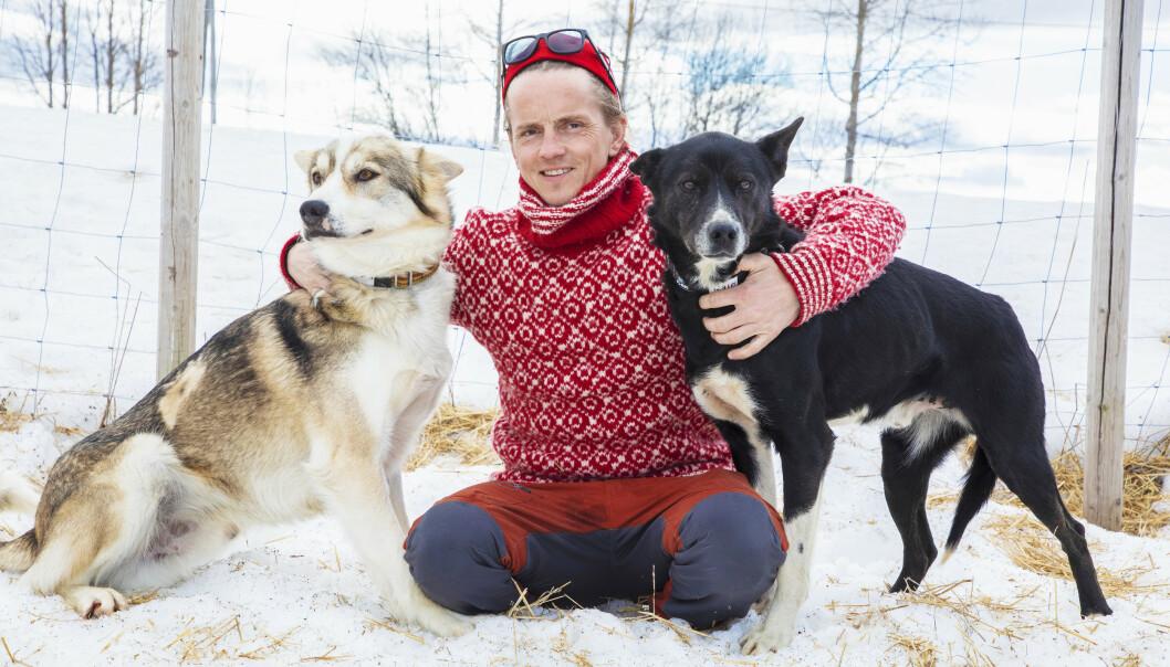 HUNDENE: - Bikkjene var livet for meg og Marthe, sier Jan-Kåre, her med Alaska-huskyene Wassern (t.v) og Jens. Foto: Morten Eik/Se og Hør