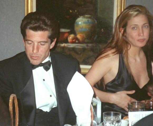 FERSKT: Det tok lang tid før John F. Kennedy, Jr. og Carolyn Bessette ble et par, men i 1994 begynte de to for alvor å date. Dette bildet er tatt tidlig i 1995, under en middag i New York. FOTO: NTB scanpix