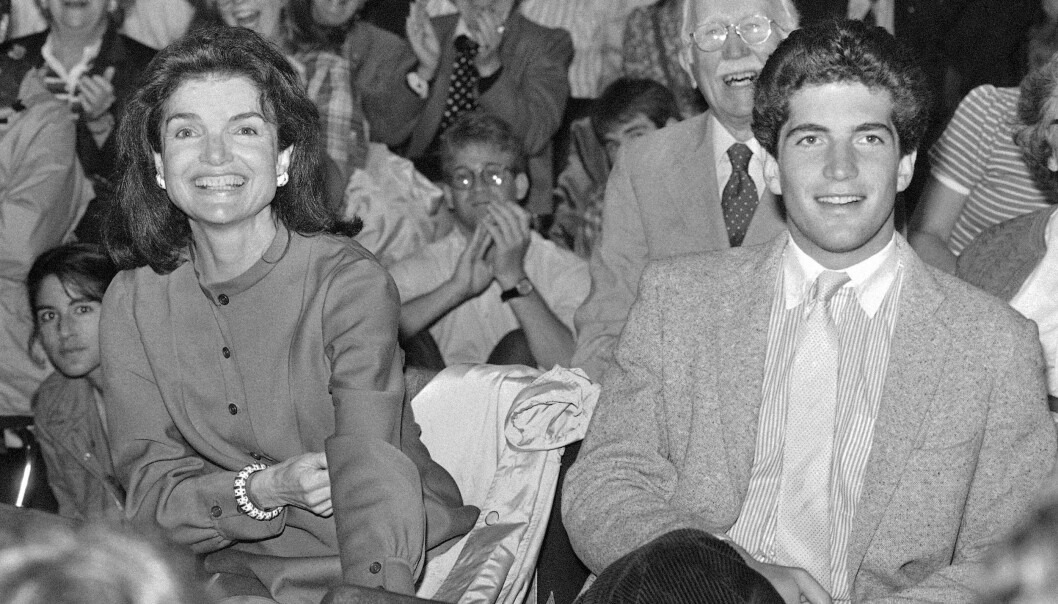 FORMANINGER: Jackie Kennedy ba på sine knær om at sønnen JFK jr. ikke måtte følge drømmene sine, og ta pilotlappen. Hun hadde nemlig fått det for seg at han kom til å dø i flystyrt. FOTO: NTB scanpix