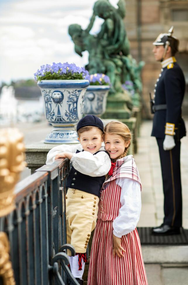 BROR OG SØSTER: Prinsesse Estelle og lillebror prins Daniel var pyntet til fest under fotograferingen, og smilte pent til fotografen - som seg hør og bør. Foto: Det svenske kongehuet