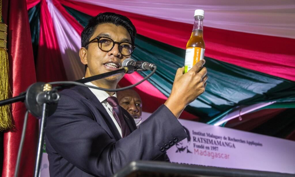 PROMOTERER URTEDRIKK: President Andry Rajoelina har vært en aktiv promotør av urtedrikken Covid-organics, som er laget fra malurt-planter. Helsemyndighetene advarer sterkt mot at den skal fungere mot coronaviruset. Her fra en samling i slutten av april. Foto: NTB Scanpix /AFP