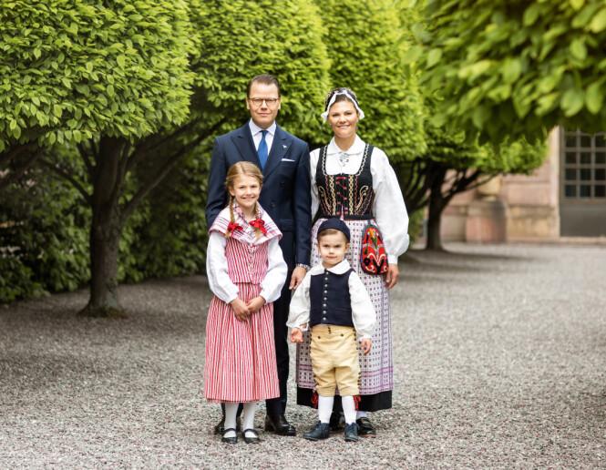 KRONPRINSESSEFAMILIEN: Her poserer hele familien samlet. Foto: Det svenske kongehuset