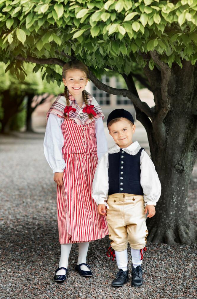 SMILER PENT: Det kongelige søskenparet ble fotografert på Logården i Stockholm. Foto: Det svenske kongehuset