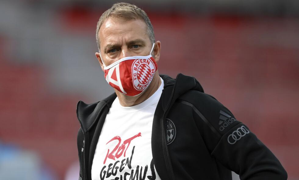 REAGERER: Bayern München-trener Hansi Flick gjorde som sine spillere og markerte motstand mot rasisme med en t-trøye under borteseieren mot Leverkusen lørdag. Foto: Matthias Hangst, Pool via AP / NTB scanpix