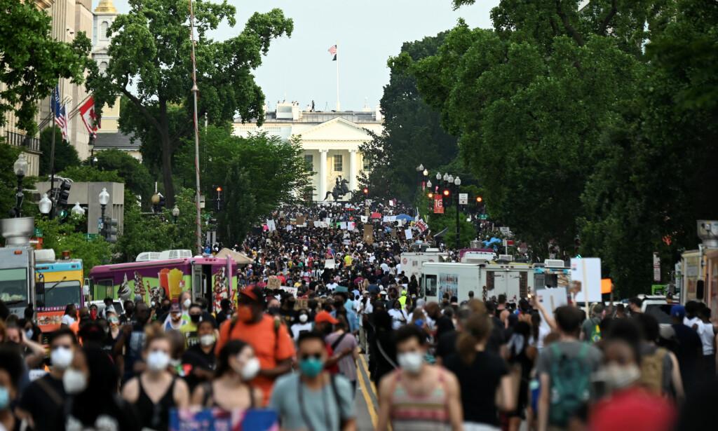 REKORDMANGE: Titusenvis av demonstranter møtte opp utenfor Det hvite hus fredag. Foto: REUTERS/Erin Scott
