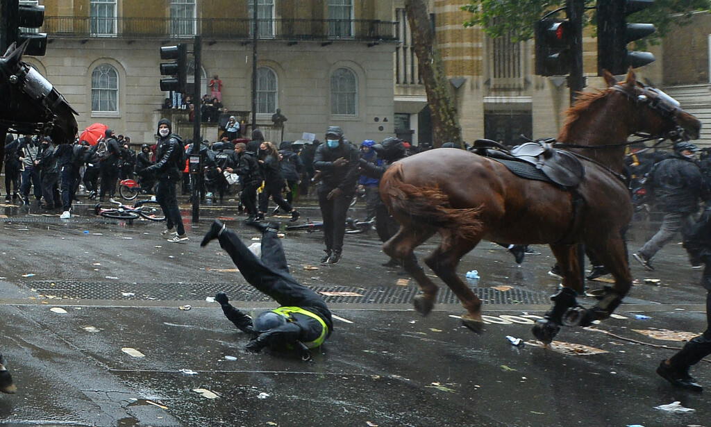 DRAMATISK: Heldigvis ble ikke politikvinnen livstruende skadd. Foto: AP/NTB Scanpix