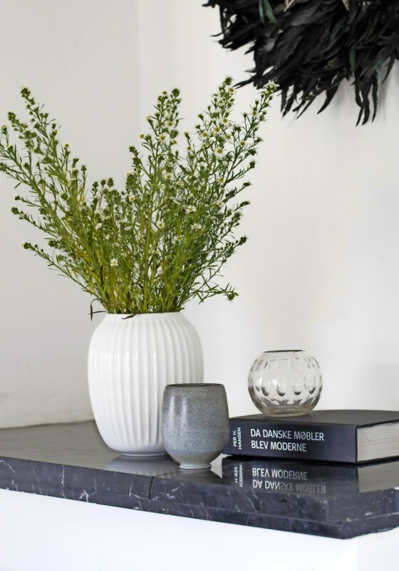 Kathrine mikser gjerne materialer, og her danner en fin, hvit porselensvase, en rustikk, liten krukke og en glassvase et enkelt stilleben. FOTO: Kira Brandt