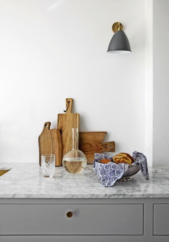 Kathrine sørger for å la blått gå igjen flere steder – som her på kjøkkenhåndkleet i brødkurven. FOTO: Kira Brandt