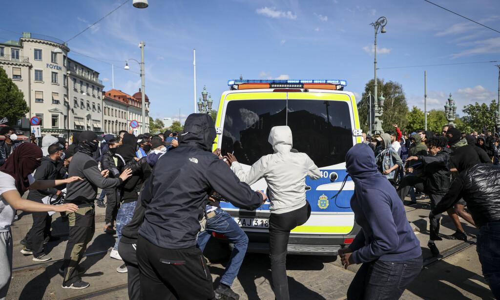 VOLDELIGE DEMONSTRASJONER: «Black Lives Matter»-demonstrasjonen i Göteborg søndag kveld spredde seg ut over byen hvor det skal ha blitt kastet steiner mot politibiler og knust ruter på kjøpesenter. Flere er arrestert. Foto: TT NYHETSBYRÅN/ NTB Scanpix