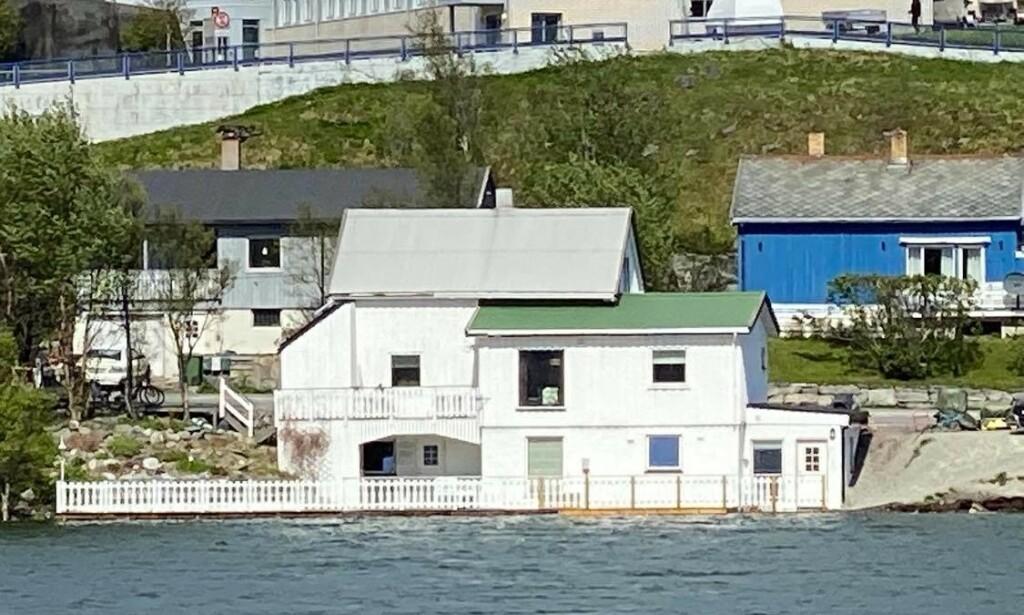 OVER BREDDENE: Huset til Tomi Dahl, samboeren og deres tre barn i Hammerfest ligger faretruende nær Storvannets høye vannstand. Foto: Privat