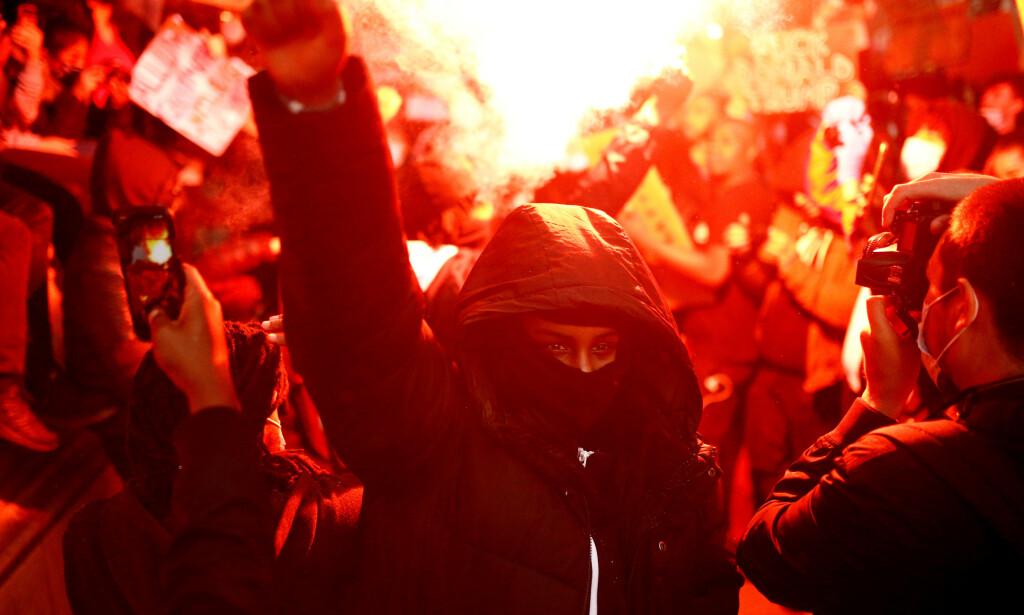 PROTESTER: Demonstrantene fant også veien til Downing street i London. Foto: Reuters