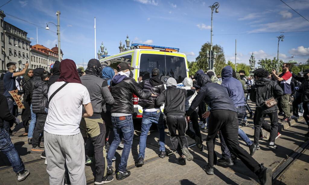 ANGREP POLITIBILENE: Flasker og stein ble kastet mot politiet, og vindusruter skal ha blitt knust på et kjøpesenter. Foto: TT NYHETSBYRÅN / NTB scanpix