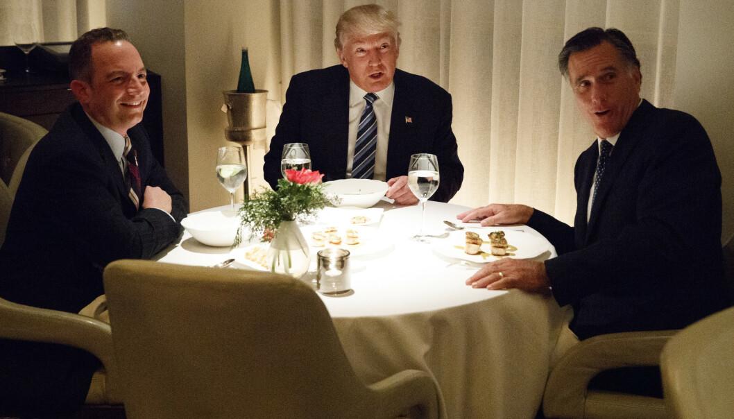 MØTTES: Like etter at Donald Trump ble valgt i november 2016, møtte han Mitt Romney. Den gangen skal Romney ha vært aktuell som utenriksminister. Til venstre på bildet er Trumps første stabssjef, Reince Priebus. Foto: AP Photo/Evan Vucci