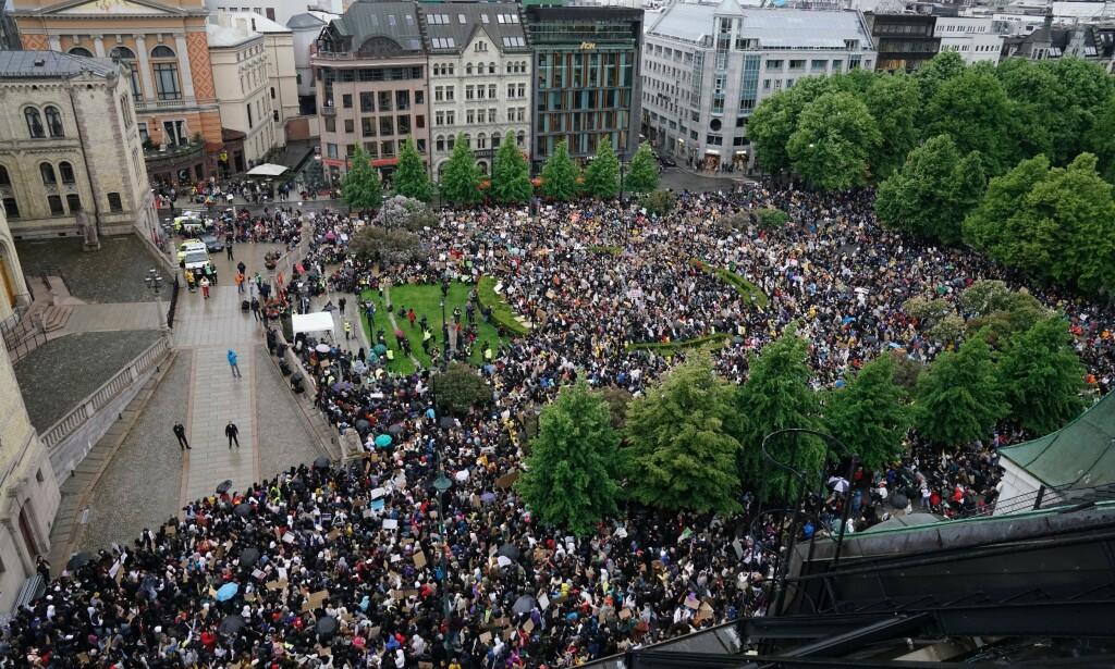 TILLITSVEKKENDE: Det var bra politiet holdt seg på avstand under demonstrasjonene før helgen, selv om smittevernreglene ble brutt. Foto: Øistein Norum Monsen / Dagbladet