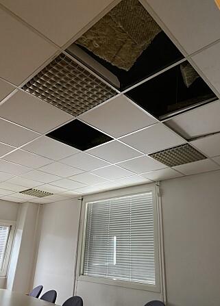 GJEMT I TAKET: Politiet gjorde beslag av ammunisjon gjemt over takplatene i et åpent lunsjrom i bygningen. Foto: Privat.