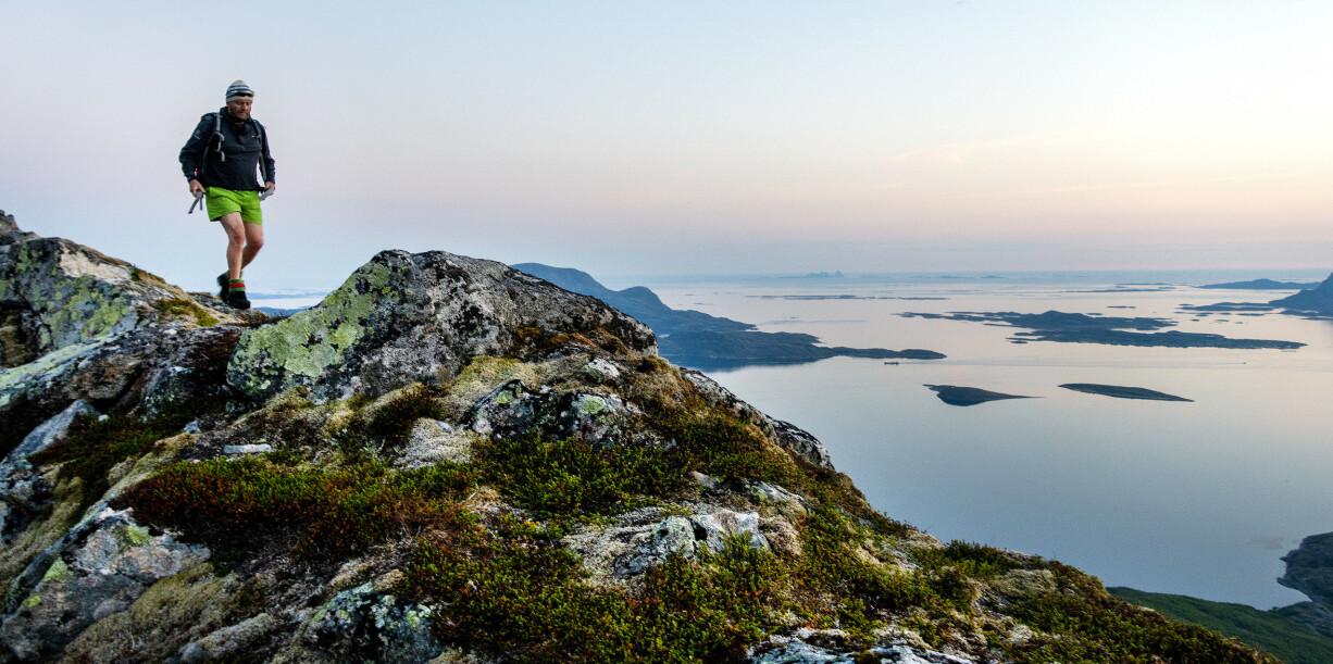 <strong>VAKKER NATUR:</strong> Landet vårt har mange vakre steder vi kan oppsøke også for de som kan tenke seg ut på tur alene. Her er Okstinden på Helgelandskysten med Træna og Hestmannen i bakgrunnen. Foto: Gorm Kallestad/NTB Scanpix