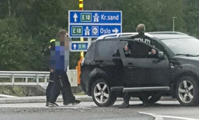 FØRT BORT: Her føres den ene siktede inn i en sivil politibil etter pågripelsen. Foto: Kristoffer Isaksen / NTB Scanpix